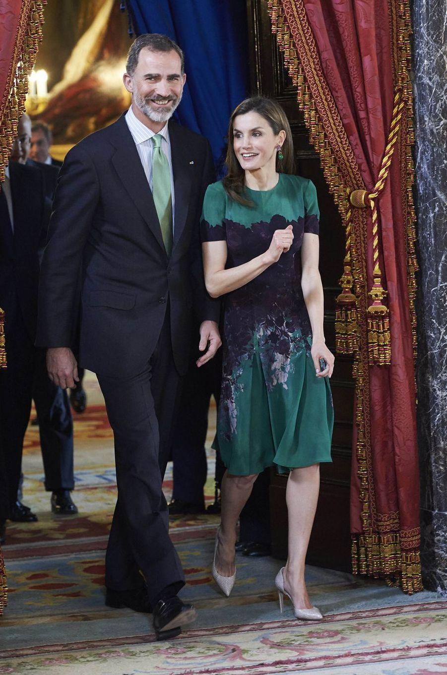 La reine Letizia, en Carolina Herrera, et le roi Felipe VI d'Espagne à Madrid, le 8 mai 2017