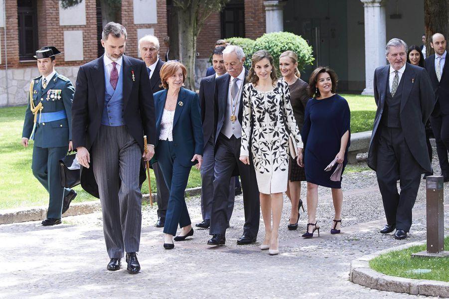La reine Letizia et le roi Felipe VI d'Espagne avec Eduardo Mendoza à Alcala de Henares, le 20 avril 2017