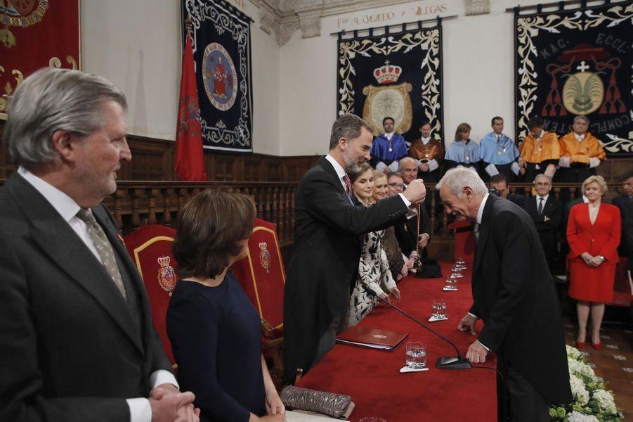 """Le roi Felipe VI d'Espagne remet le prix """"Miguel de Cervantes"""" à Eduardo Mendoza à Alcala de Henares, le 20 avril 2017"""