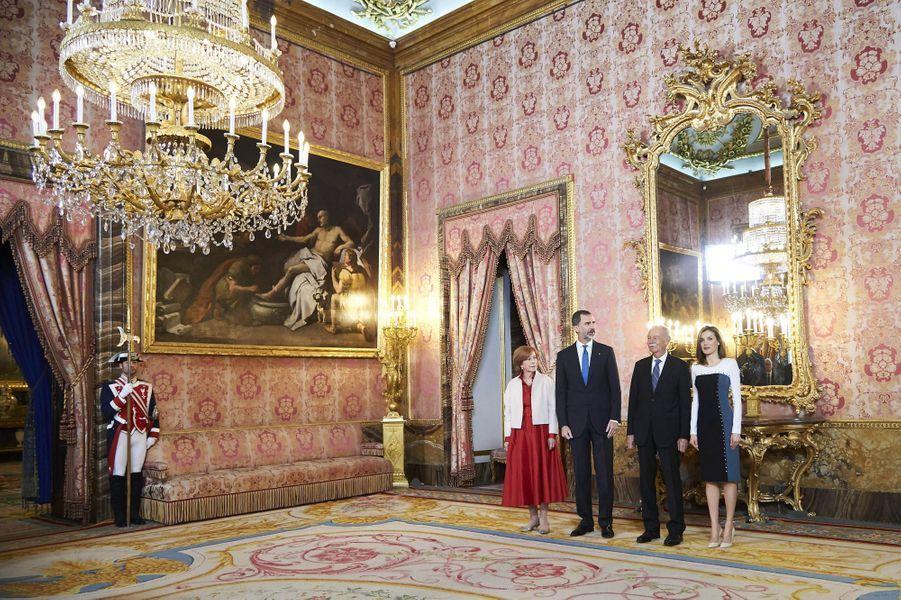 La reine Letizia et le roi Felipe VI d'Espagne avec Eduardo Mendoza à Madrid, le 19 avril 2017