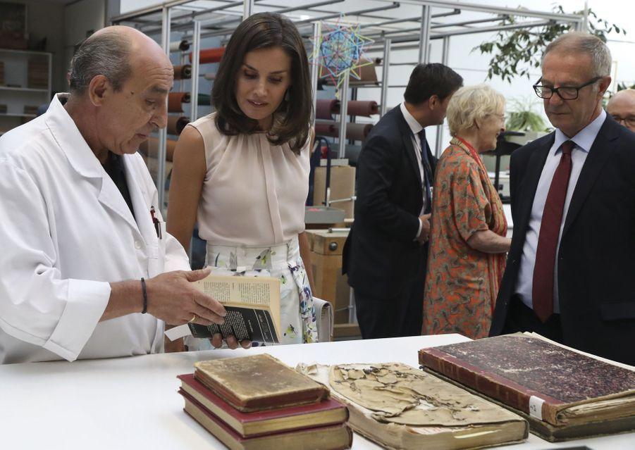La reine Letizia en visite à la Bibliothèque nationale d'Espagne à Madrid le 30 juillet 2019