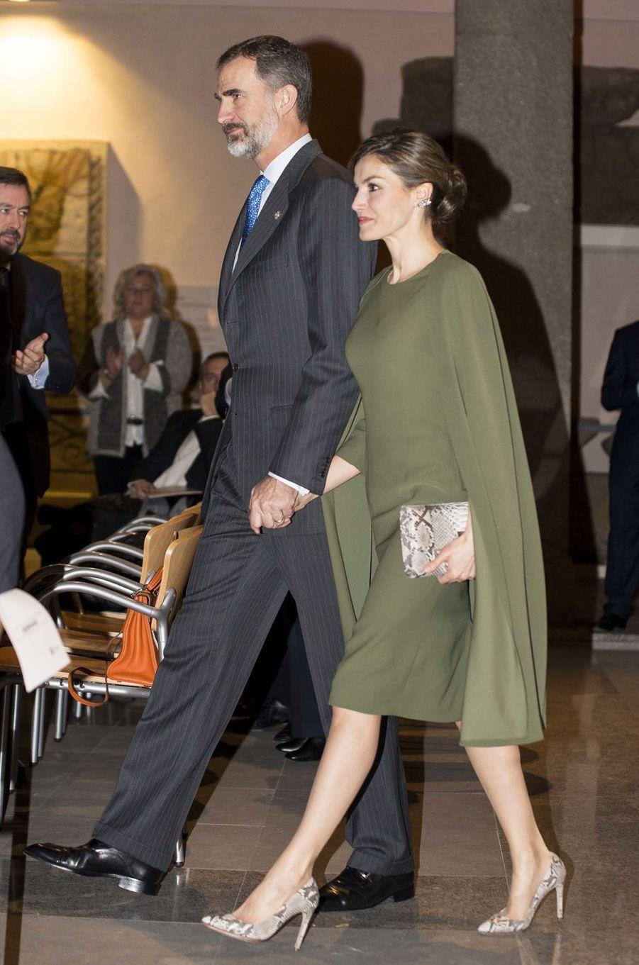 La reine Letizia, dans une robe cape minimaliste, et le roi Felipe VI d'Espagne à Alcalá de Henares, le 6 février 2017