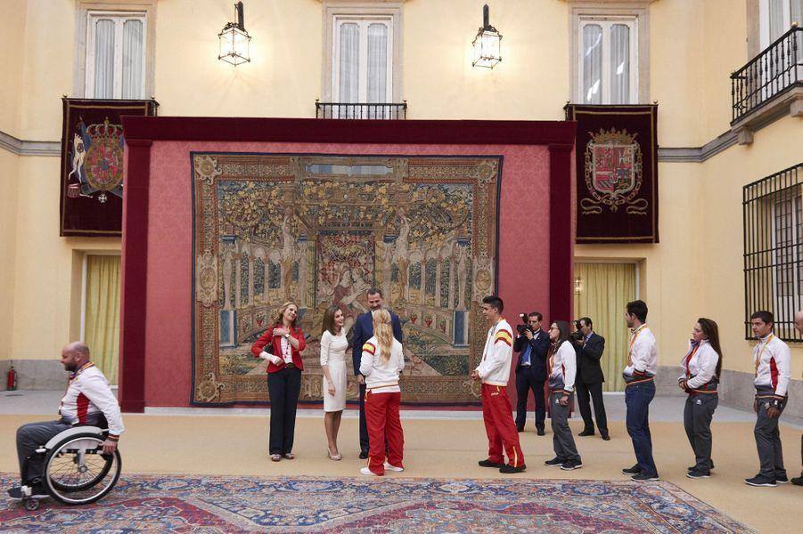 La princesse Elena, la reine Letizia et le roi Felipe VI d'Espagne reçoivent les champions olympiques et paralympiques 2016 à Madrid, le 28 septembre 2016