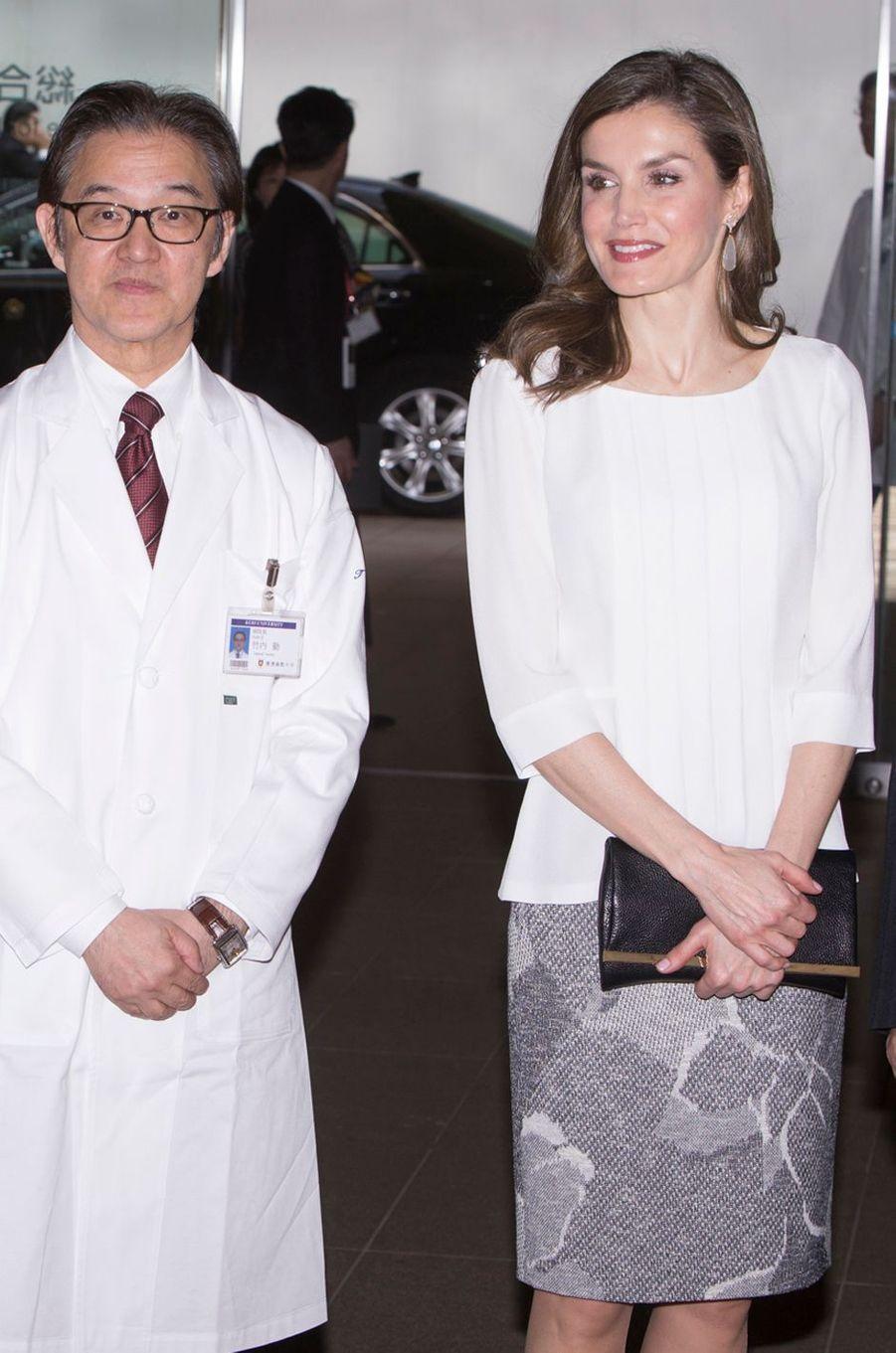 La reine Letizia d'Espagne en veste Hugo Boss à Tokyo, le 6 avril 2017
