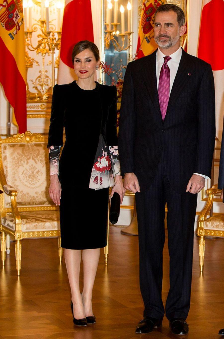 La reine Letizia d'Espagne en Armani Privé à Tokyo, le 6 avril 2017