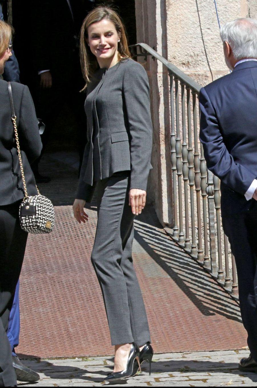 La reine Letizia d'Espagne en tailleur pantalon Hugo Boss à San Millán de la Cogolla, le 3 mai 2017