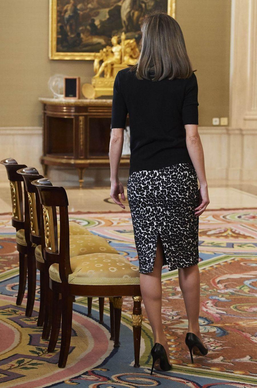 La jupe de la reine Letizia d'Espagne, vue de dos, à Madrid le 9 février 2018