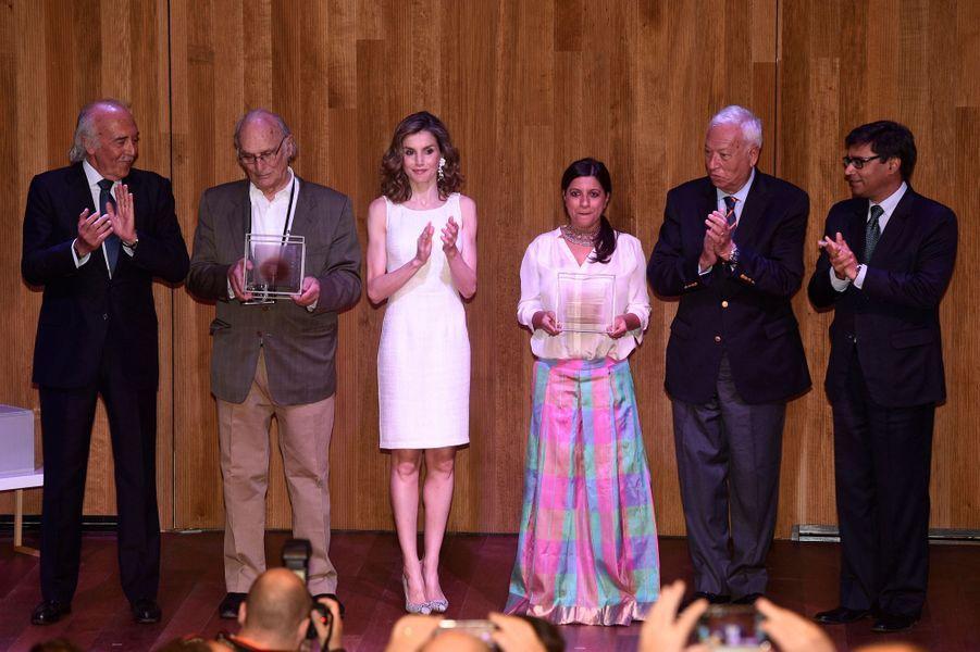 La reine Letizia d'Espagne avec Zoya Akhtar et Carlos Saura à Madrid, le 12 juillet 2016