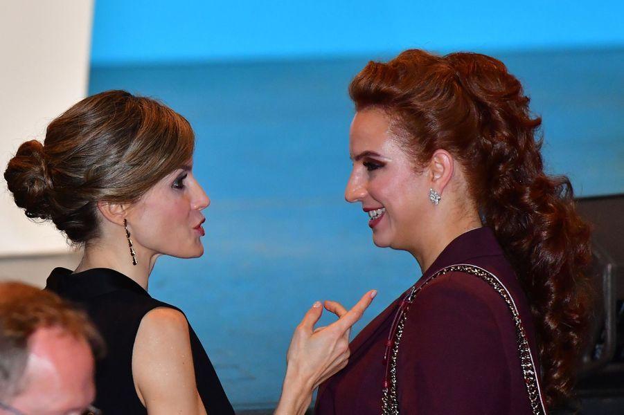La reine Letizia d'Espagne et la princesse Lalla Salma du Maroc au Palais des congrès à Paris, le 31 octobre 2016
