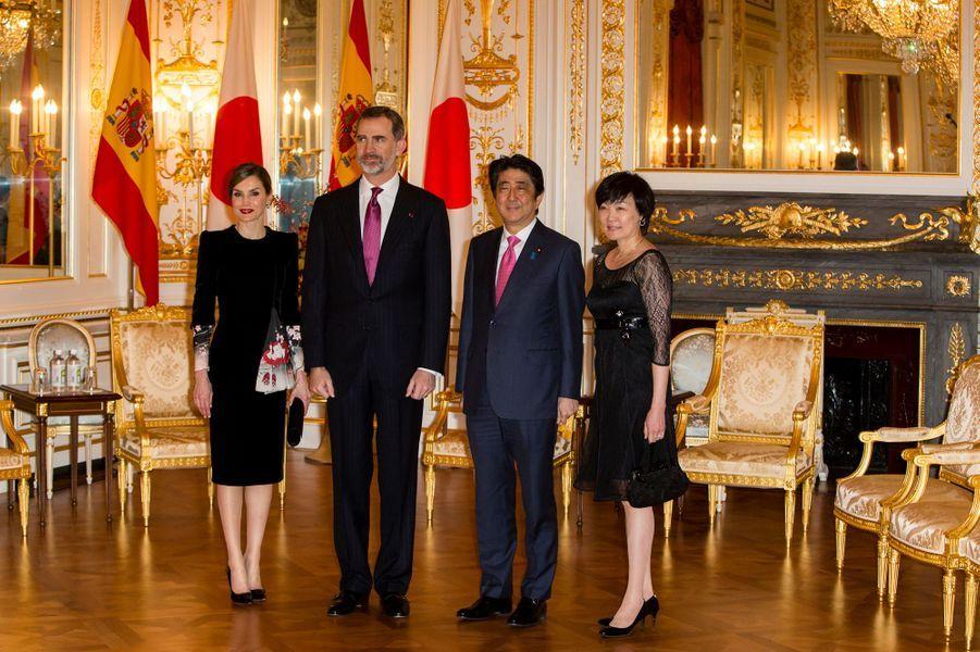 La reine Letizia et le roi Felipe VI d'Espagne avec le Premier ministre japonais et son épouse à Tokyo, le 6 avril 2017