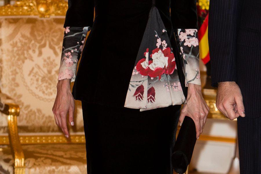 Détail de la tenue de la reine Letizia d'Espagne à Tokyo, le 6 avril 2017