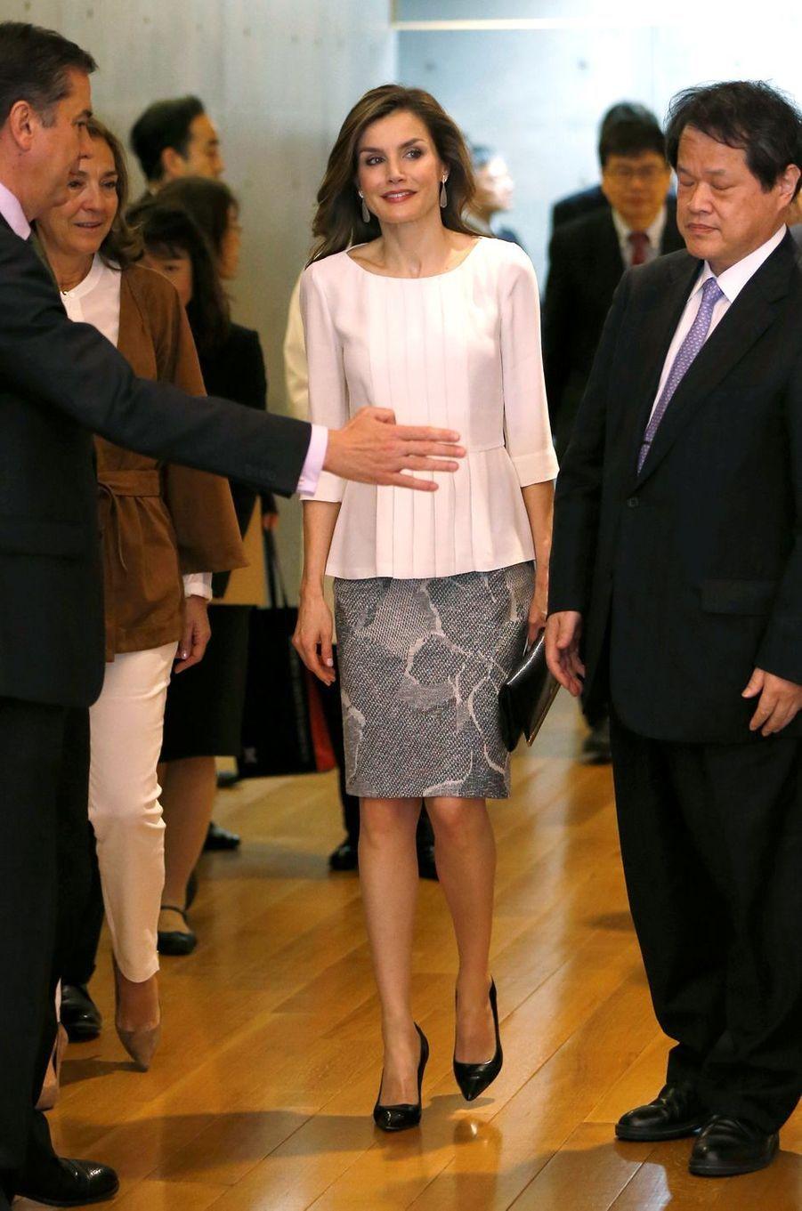 La reine Letizia d'Espagne dans une nouvelle jupe Hugo Boss à Tokyo, le 6 avril 2017