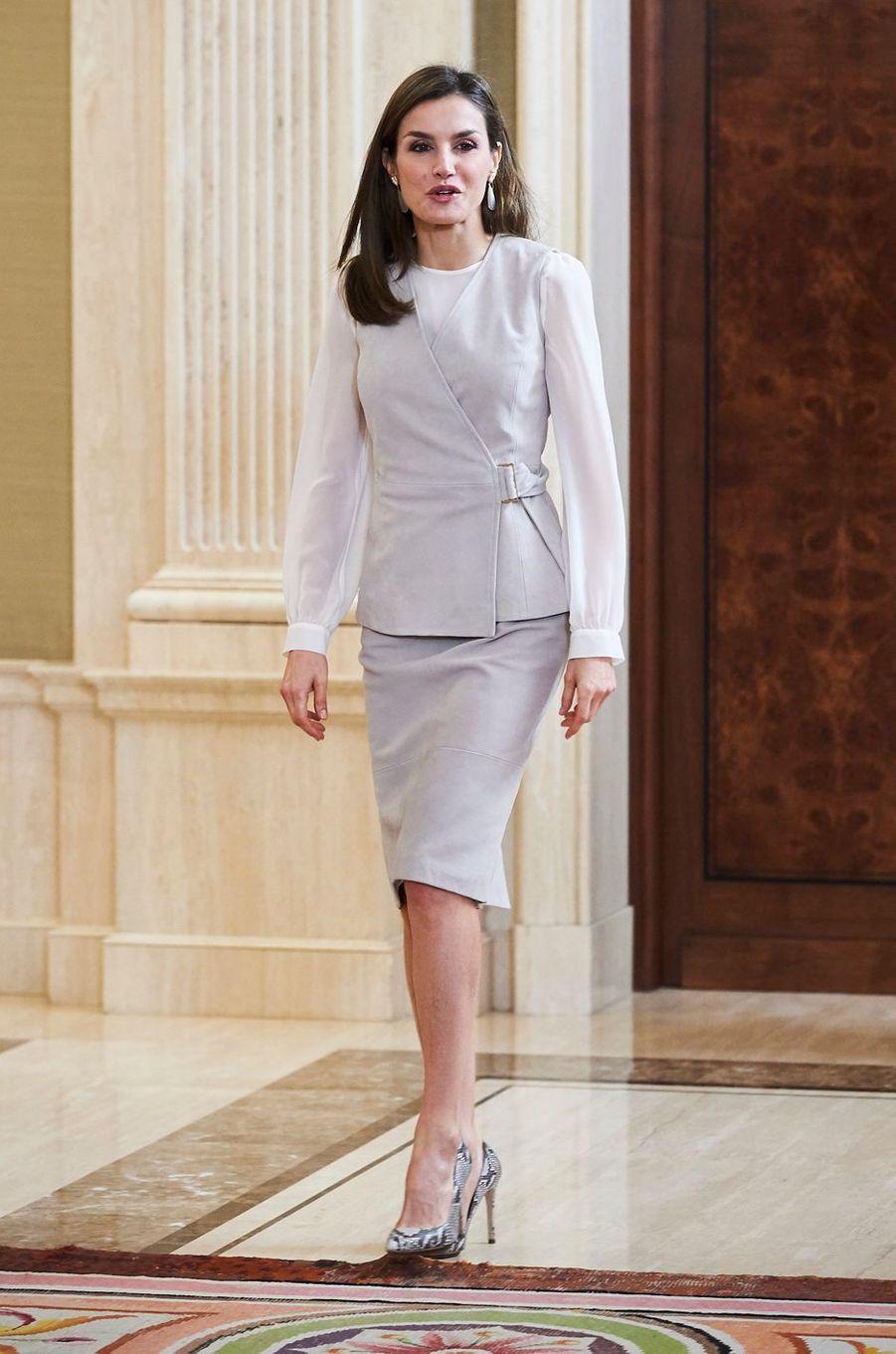 La reine Letizia d'Espagne au palais de la Zarzuela à Madrid dans un nouveau look Hugo Boss, le 12 mai 2017