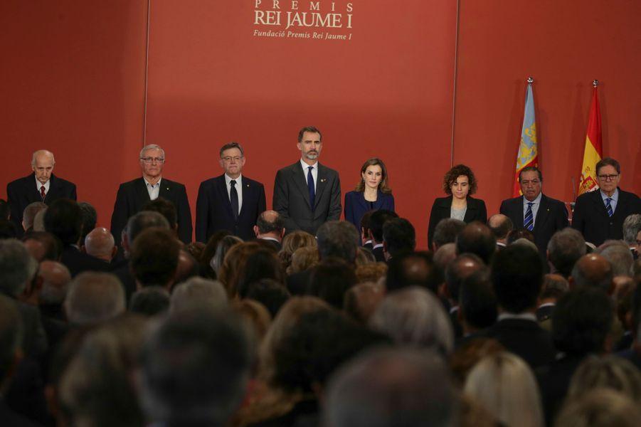 """La reine Letizia et le roi Felipe VI d'Espagne lors de la remise des """"Prix roi Jaime Ier"""" à Valence, le 24 novembre 2016"""