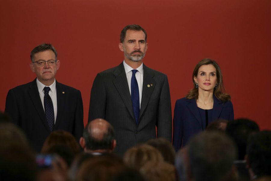 """La reine Letizia et le roi Felipe VI d'Espagne à la remise des """"Prix roi Jaime Ier"""" à Valence, le 24 novembre 2016"""