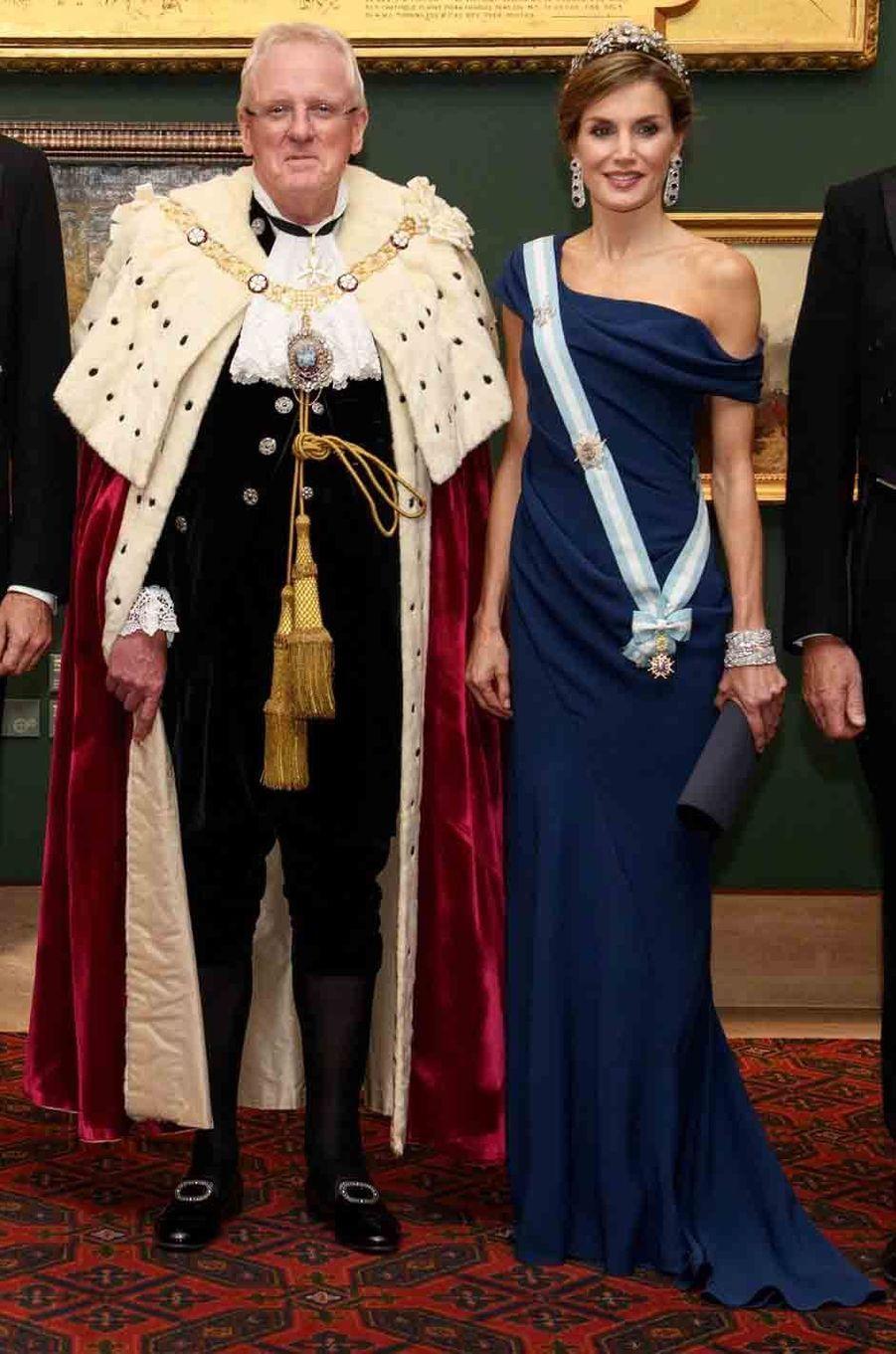 La reine Letizia d'Espagne en Armani à Londres, le 13 juillet 2017