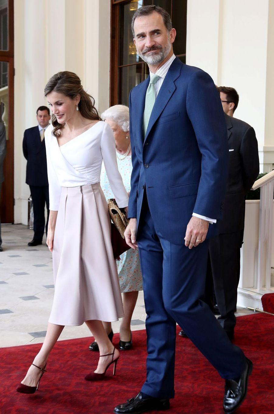 La reine Letizia d'Espagne dans une jupe Topshop à Londres, le 14 juillet 2017