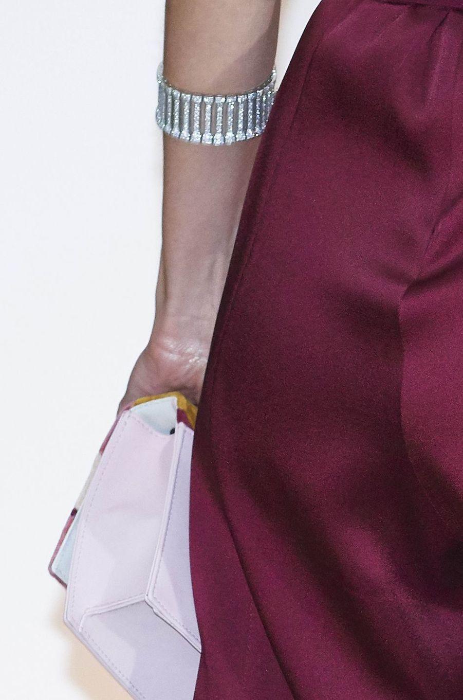 Le bracelet et le sac de la reine Letizia d'Espagne à Madrid, le 26 octobre 2017