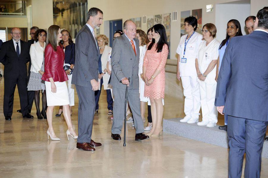 La reine Letizia et le roi Felipe VI d'Espagne avec l'ancien roi Juan Carlos à Madrid, le 22 mai 2017