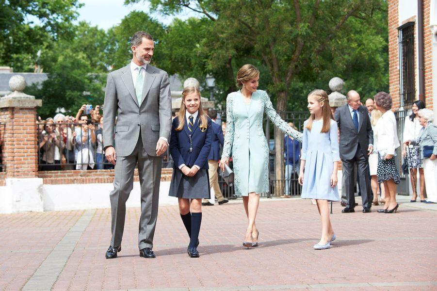 La reine Letizia et le roi Felipe VI d'Espagne avec leurs filles les princesses Leonor et Sofia à Madrid, le 17 mai 2017