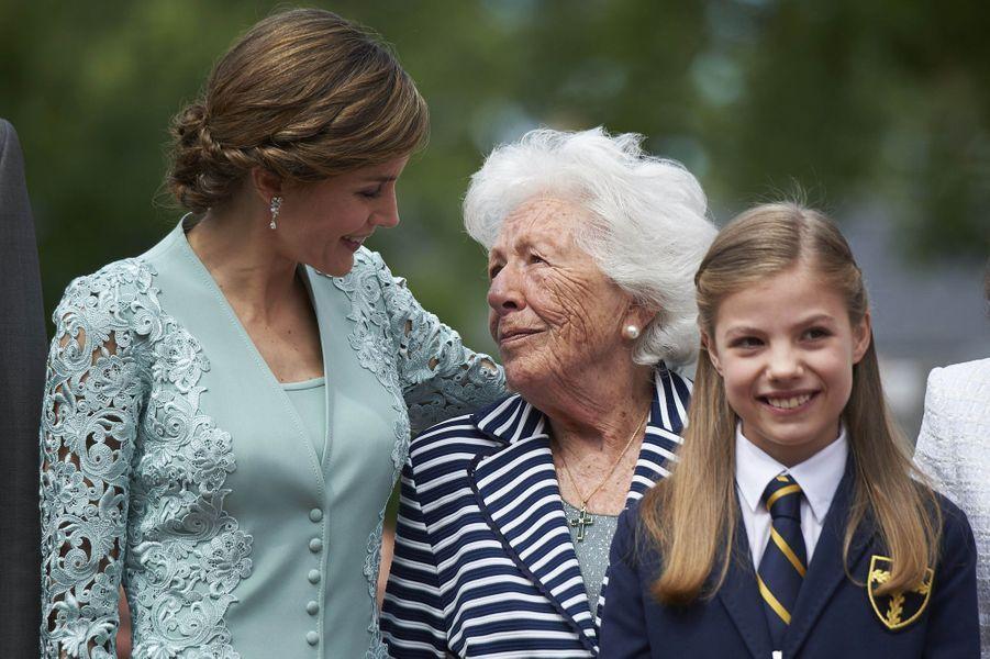 La reine Letizia d'Espagne avec sa grand-mère Menchu Alvarez del Valle et sa fille la princesse Sofia à Madrid, le 17 mai 2017
