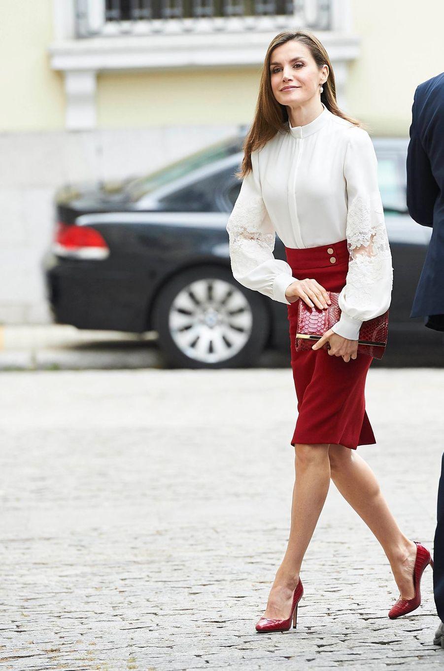 La reine Letizia d'Espagne porte une nouvelle blouse Carolina Herera à Madrid, le 29 mai 2017