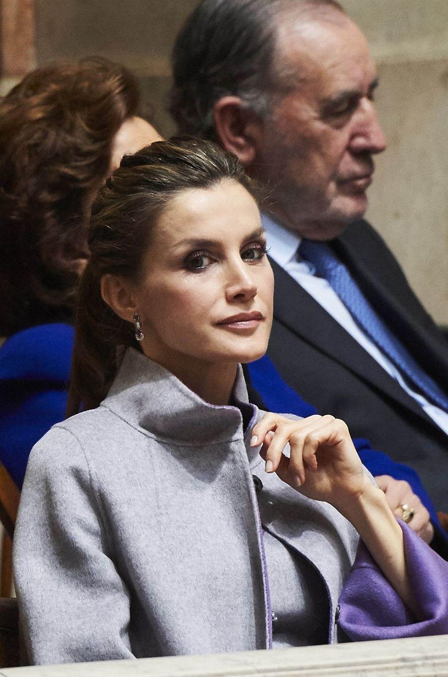 La reine Letizia d'Espagne écoute le discours de Felipe VI au Palais de Sao Bento à Lisbonne, le 30 novembre 2016