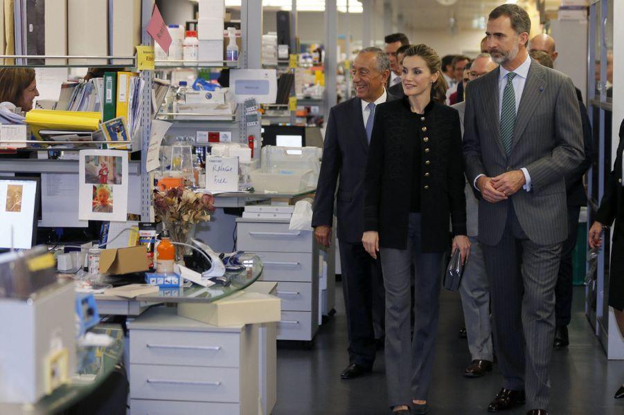 La reine Letizia et le roi Felipe VI d'Espagne à la Fondation Champalimaud à Lisbonne, le 30 novembre 2016