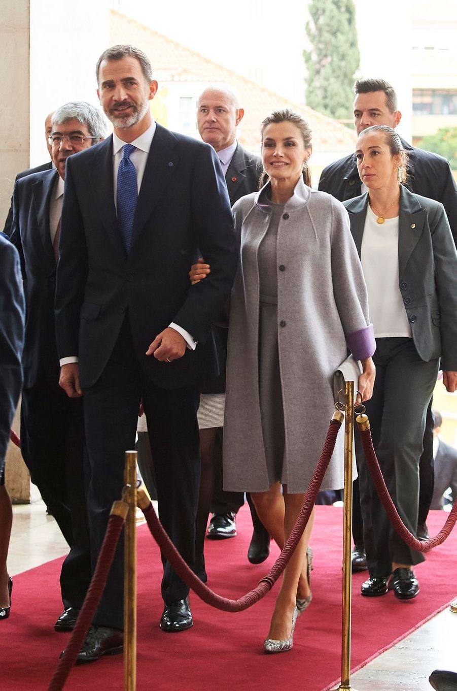 La reine Letizia et le roi Felipe VI d'Espagne arrivent au Palais de Sao Bento à Lisbonne, le 30 novembre 2016