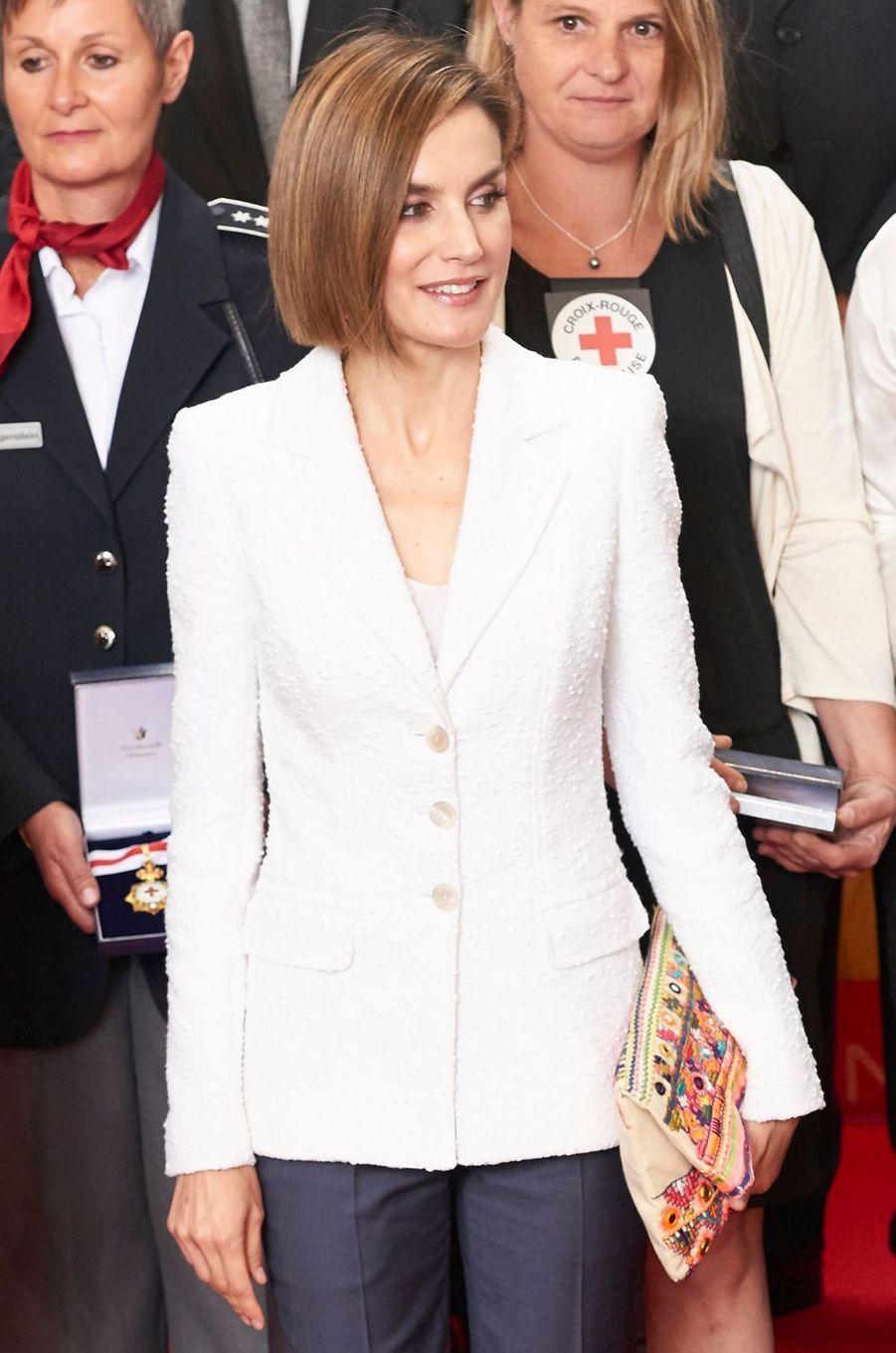La reine Letizia d'Espagne avec une pochette ethnique rebrodée Mango, le 8 mai 2015