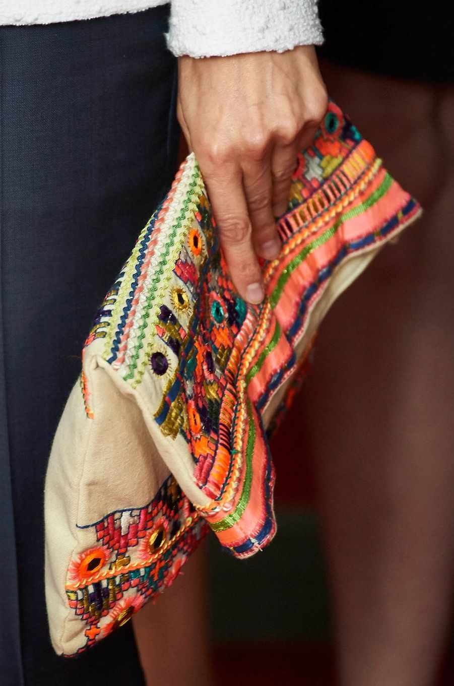 La pochette Mango ethnique rebrodée de la reine Letizia d'Espagne, le 8 mai 2015