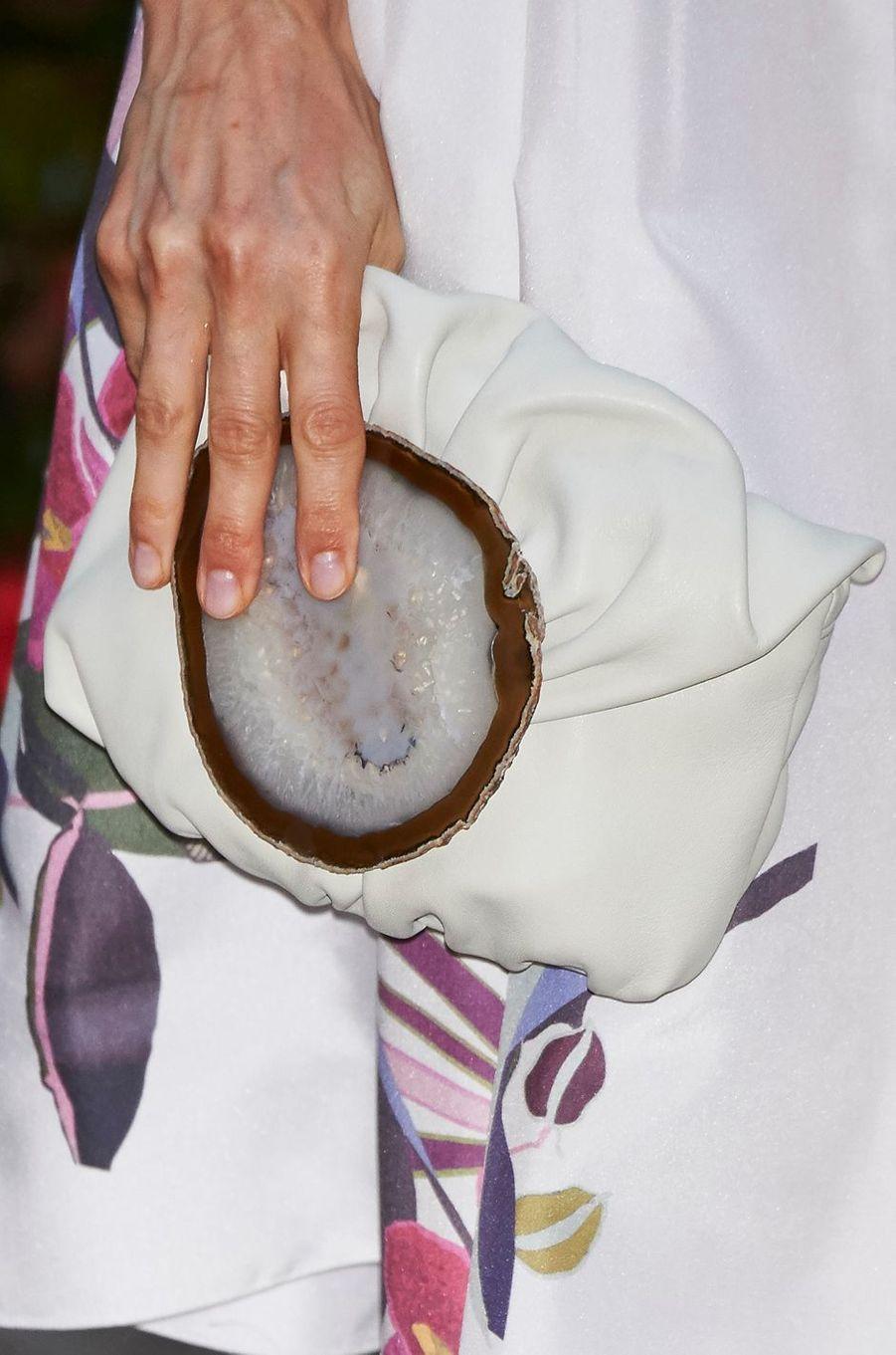 La pochette blanche Malababa ornée d'une tranche d'agate de la reine Letizia d'Espagne, le 7 août 2016