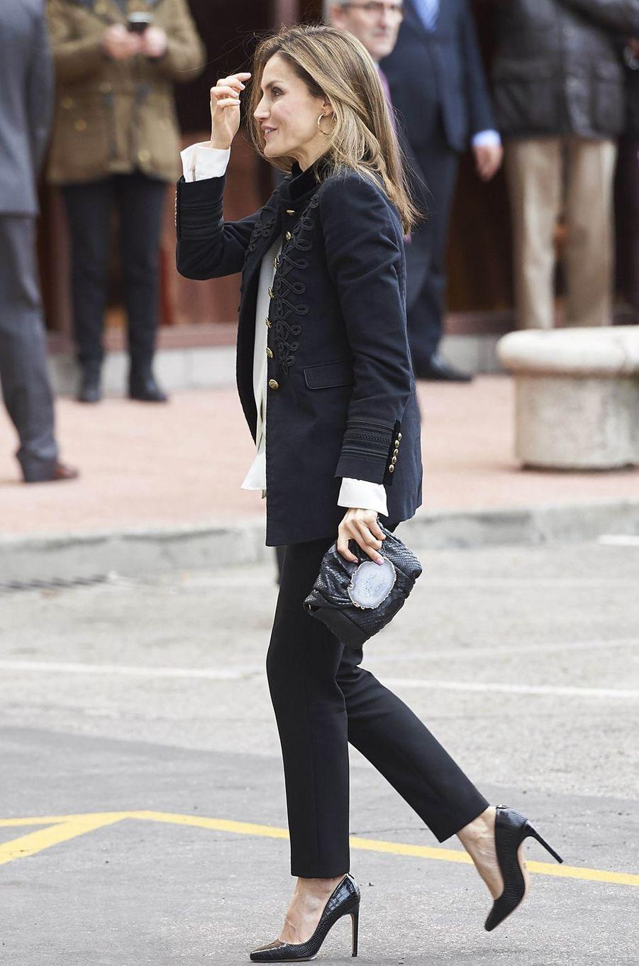 La reine Letizia d'Espagne avec une pochette noire Malababa ornée d'une tranche d'agate, le 28 février 2017