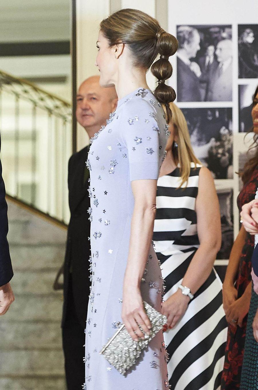 La reine Letizia d'Espagne avec une pochette Felipe Varela à franges argent, le 30 mai 2017