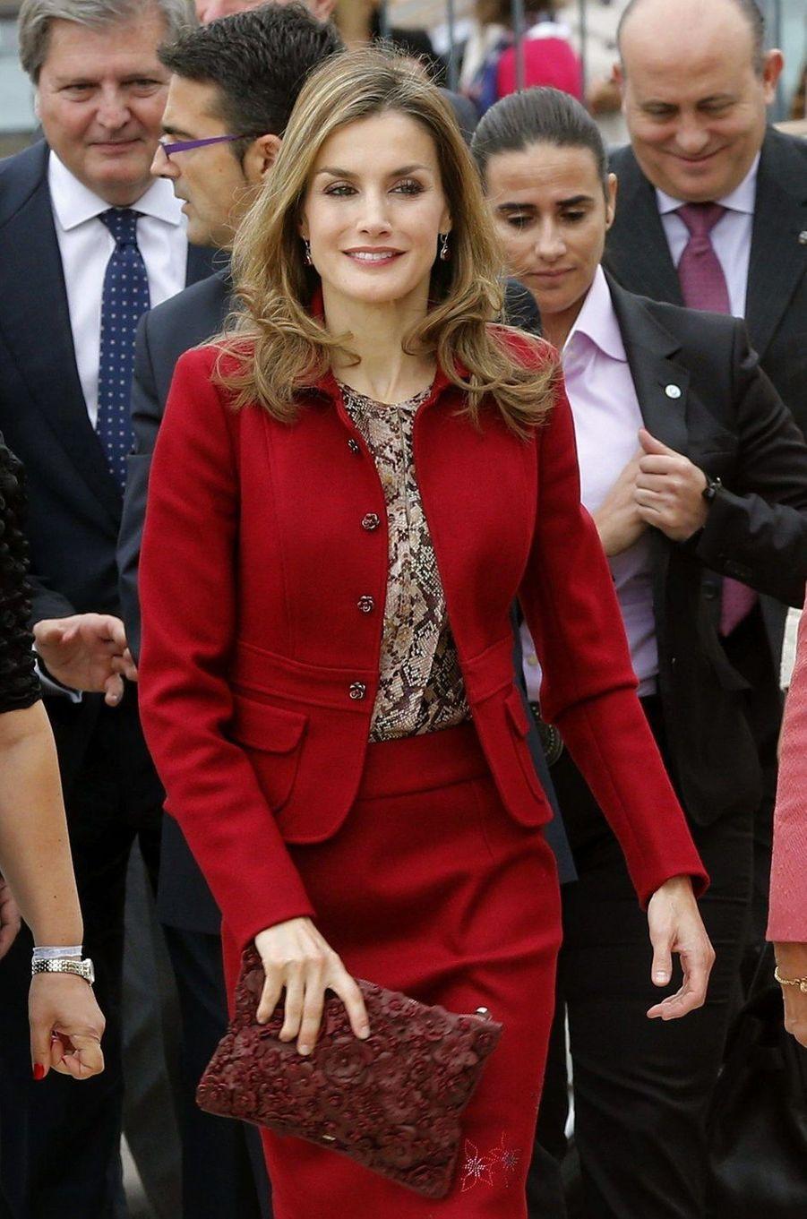 La reine Letizia d'Espagne avec une pochette rouge Uterqüe à décor de fleurs en cuir, le 7 novembre 2014