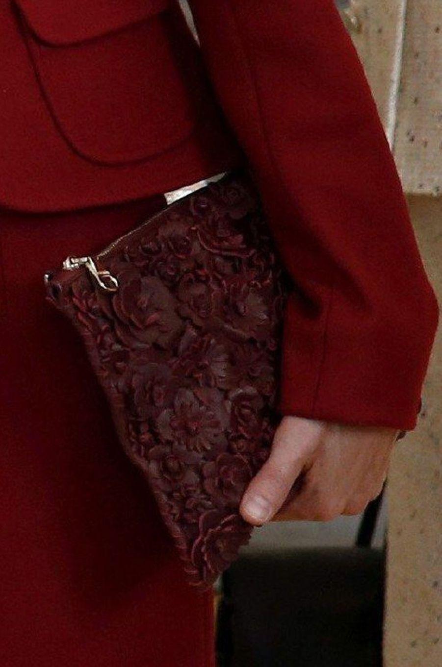 La pochette rouge Uterqüe à décor de fleurs en cuir de la reine Letizia d'Espagne, le 7 novembre 2014