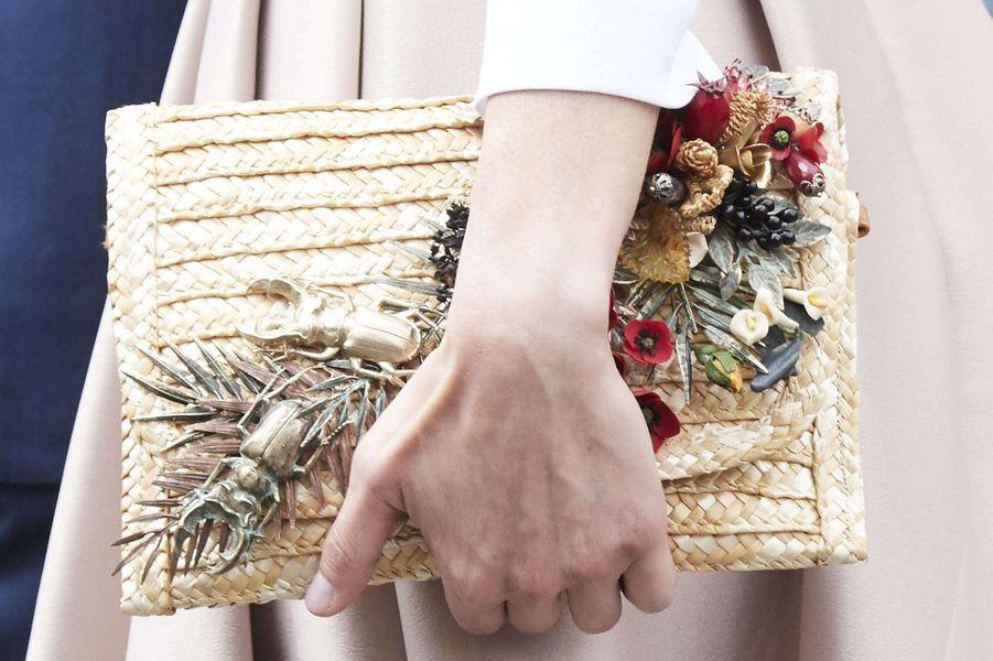 La pochette Suma Cruz ornée de fleurs et de scarabées de la reine Letizia d'Espagne, le 14 juillet 2017
