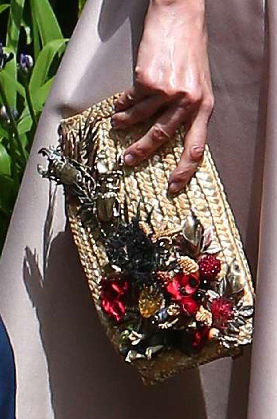 La pochette Suma Cruz de la reine Letizia d'Espagne ornée de fleurs et de scarabées, le 14 juillet 2017