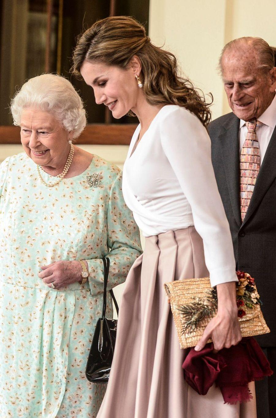 La reine Letizia d'Espagne avec une pochette Suma Cruz ornée de fleurs et de scarabées, le 14 juillet 2017