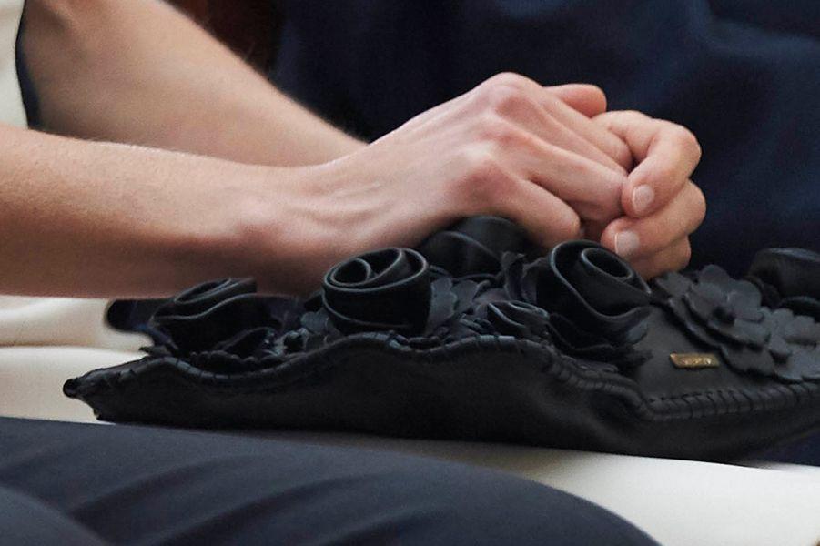 La pochette noire Uterqüe à décor de fleurs en cuir de la reine Letizia d'Espagne, le 16 février 2015