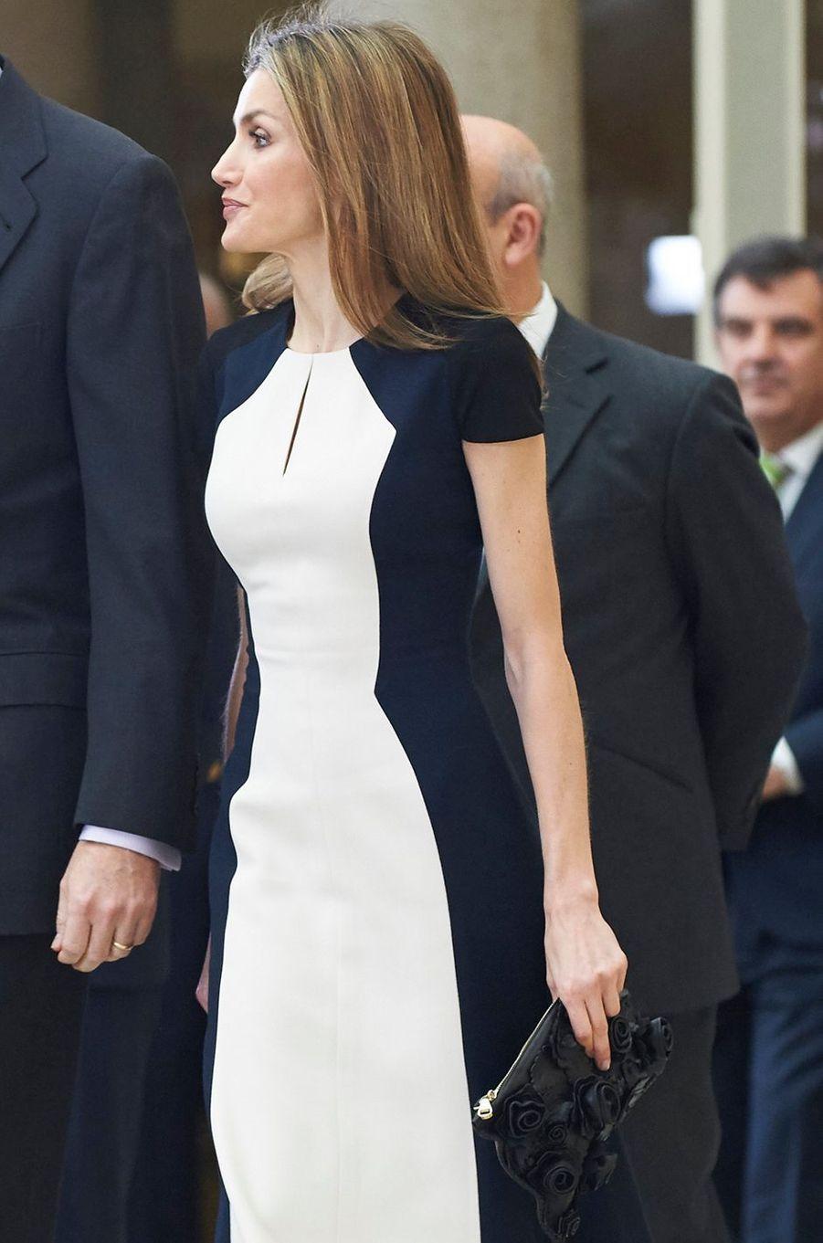 La reine Letizia d'Espagne avec une pochette noire Uterqüe à décor de fleurs en cuir, le 16 février 2015