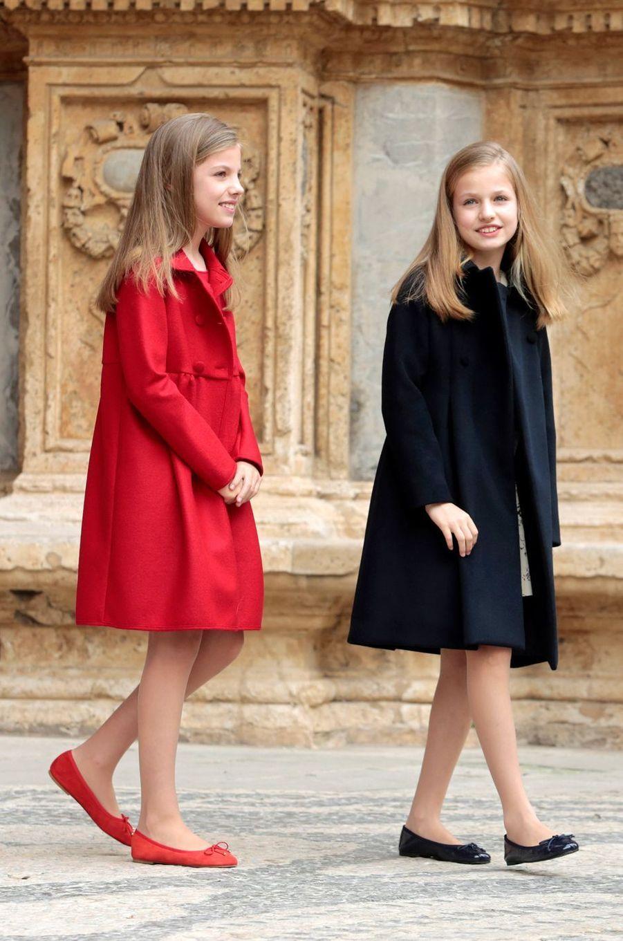 Les princesses Leonor et Sofia à la cathédrale de Palma pour la messe de Pâques, le 16 avril 2017.