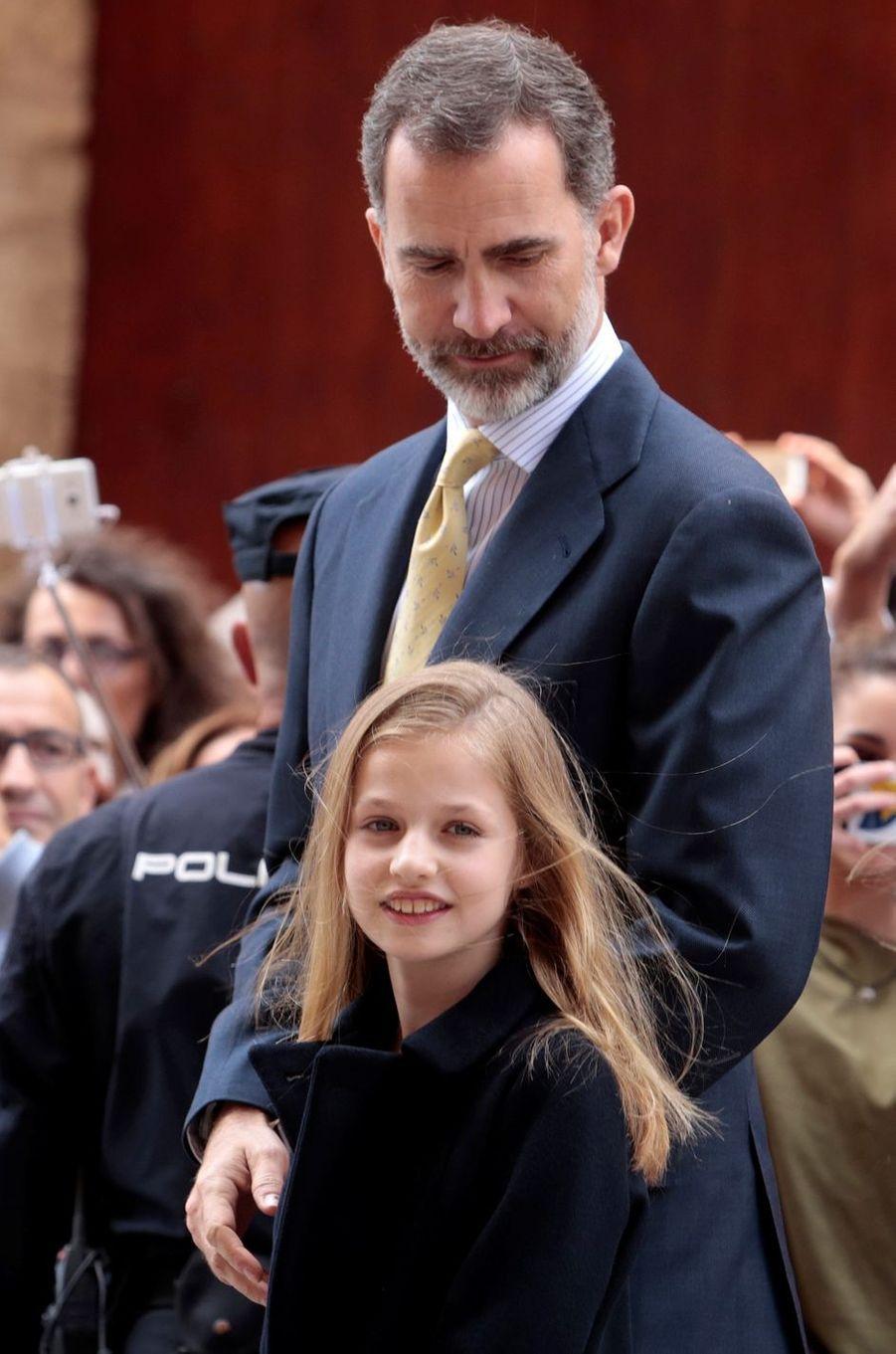 Le roi Felipe et sa fille Leonor à la cathédrale de Palma pour la messe de Pâques, le 16 avril 2017.
