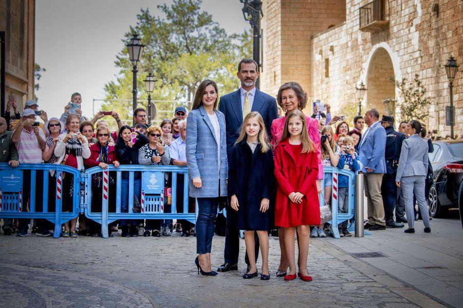 Le roi Felipe, la reine Letizia, leurs filles Leonor et Sofia et la reine Sofia à la cathédrale de Palma pour la messe de Pâques, le 16 avril 2017.