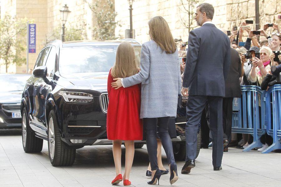 Le roi Felipe, la reine Letizia et leur fille Sofia à la cathédrale de Palma pour la messe de Pâques, le 16 avril 2017.