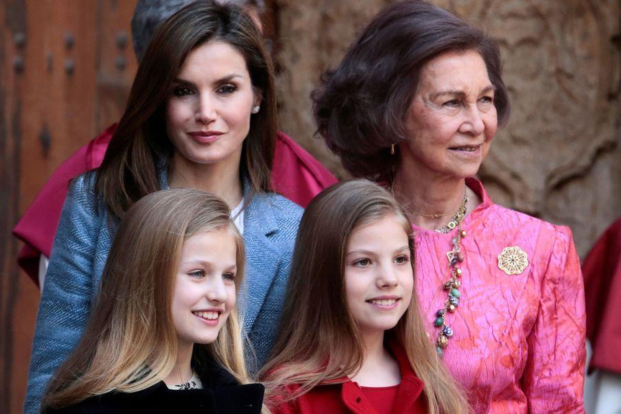 La reine Letizia, ses filles Leonor et Sofia et la reine Sofia à la cathédrale de Palma pour la messe de Pâques, le 16 avril 2017.