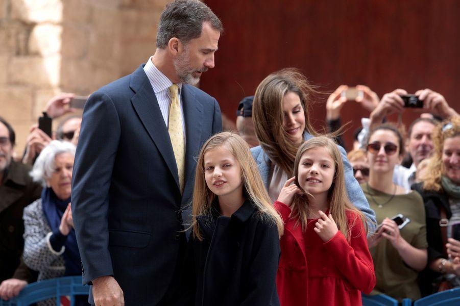 Le roi Felipe, la reine Letizia, leurs filles Leonor et Sofia à la cathédrale de Palma pour la messe de Pâques, le 16 avril 2017.