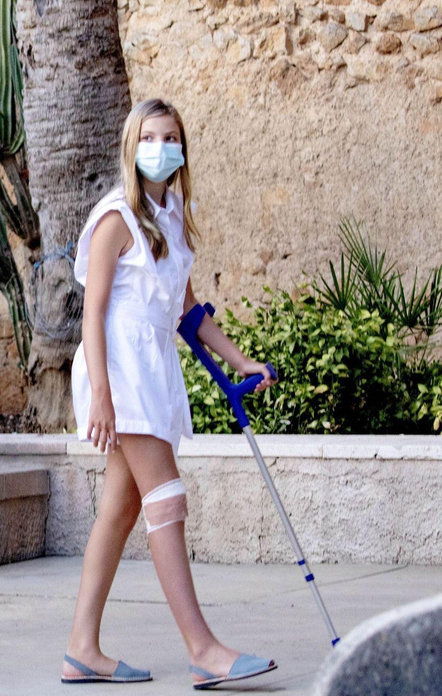 La princesses Sofia d'Espagne, blessée au genou, à Petra sur l'île de Majorque, le 10 août 2020