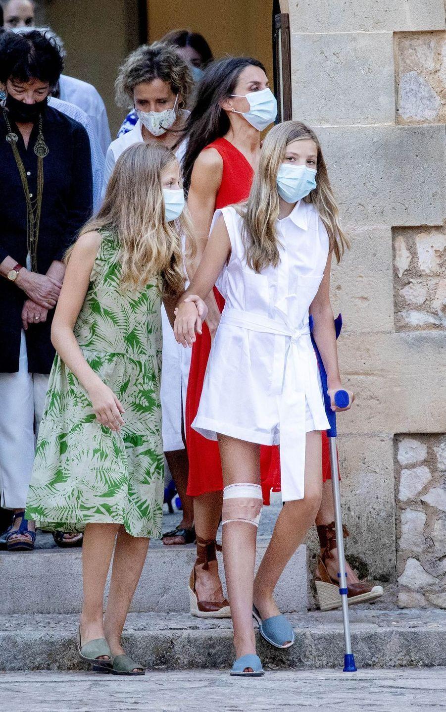 La reine Letizia d'Espagne et ses filles les princesses Leonor et Sofia à Petra sur l'île de Majorque, le 10 août 2020