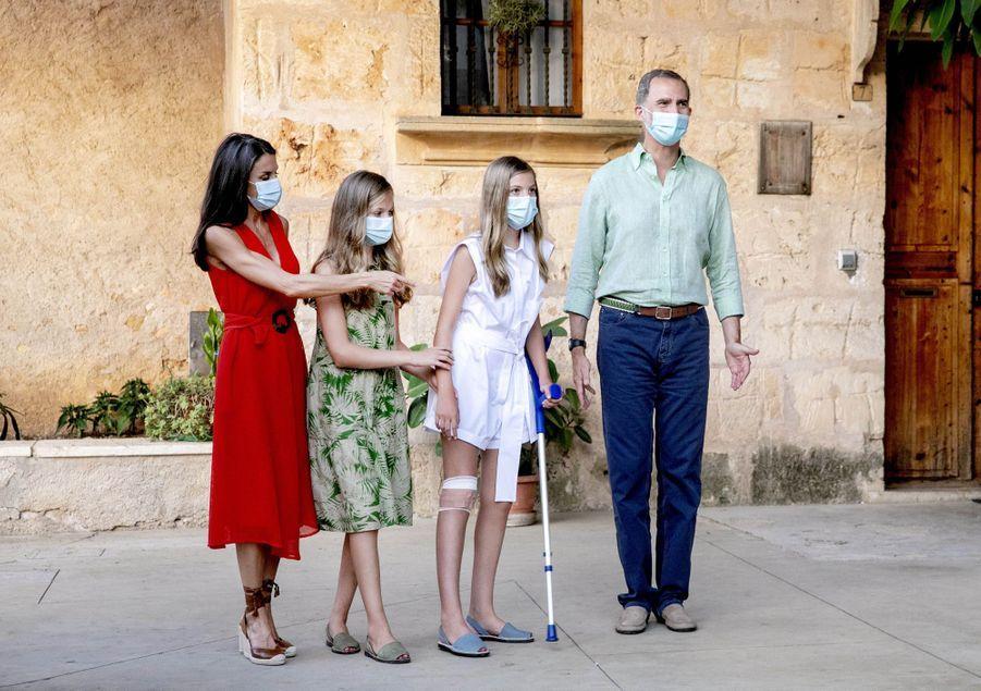 La reine Letizia, le roi Felipe VI d'Espagne et leurs filles les princesses Leonor et Sofia à Petra sur l'île de Majorque, le 10 août 2020